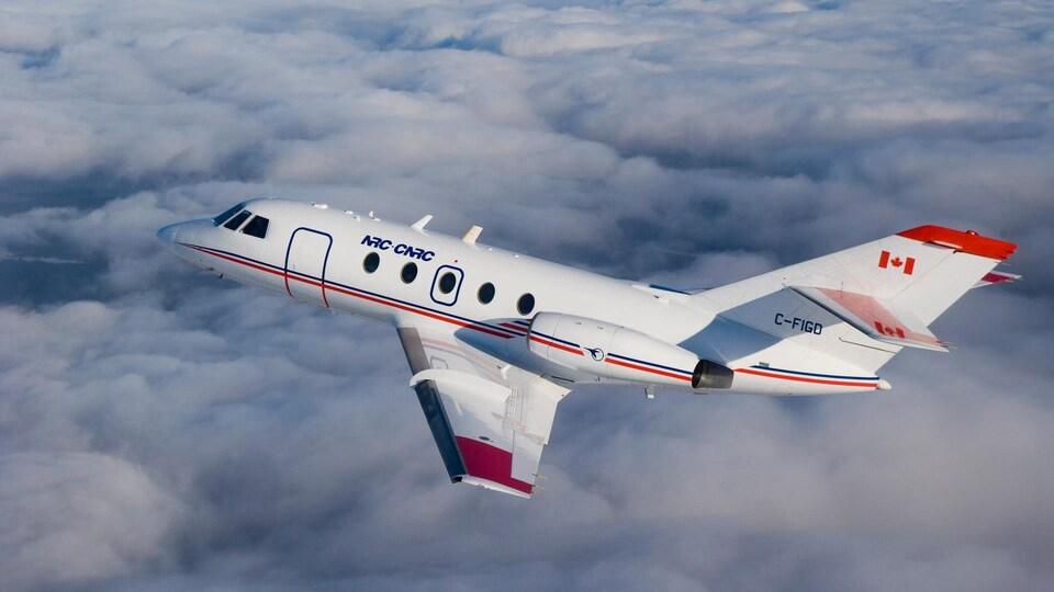 Un avion Falcon-20 du Conseil national de recherches Canada vole dans le ciel.