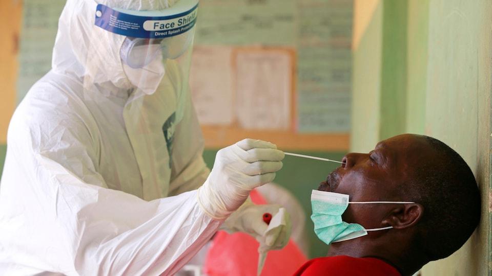 Un homme subit un test de dépistage de la COVID-19 en Afrique.