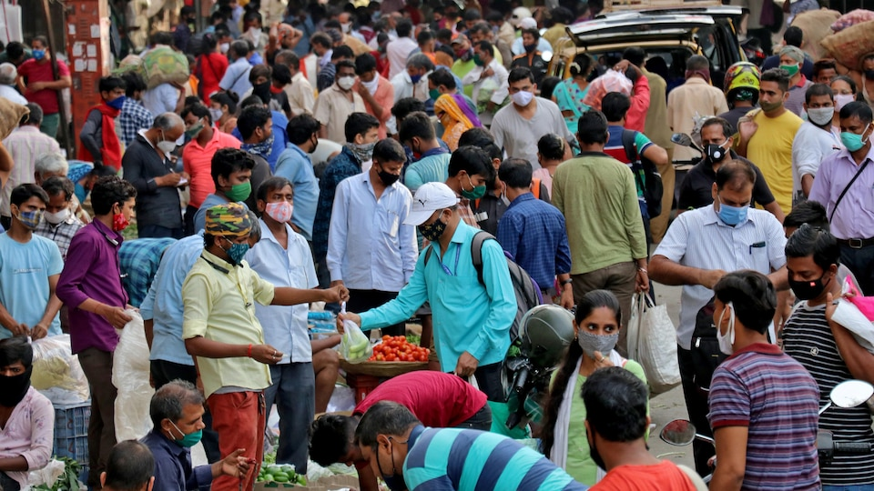 Une foule au marché, en Inde.