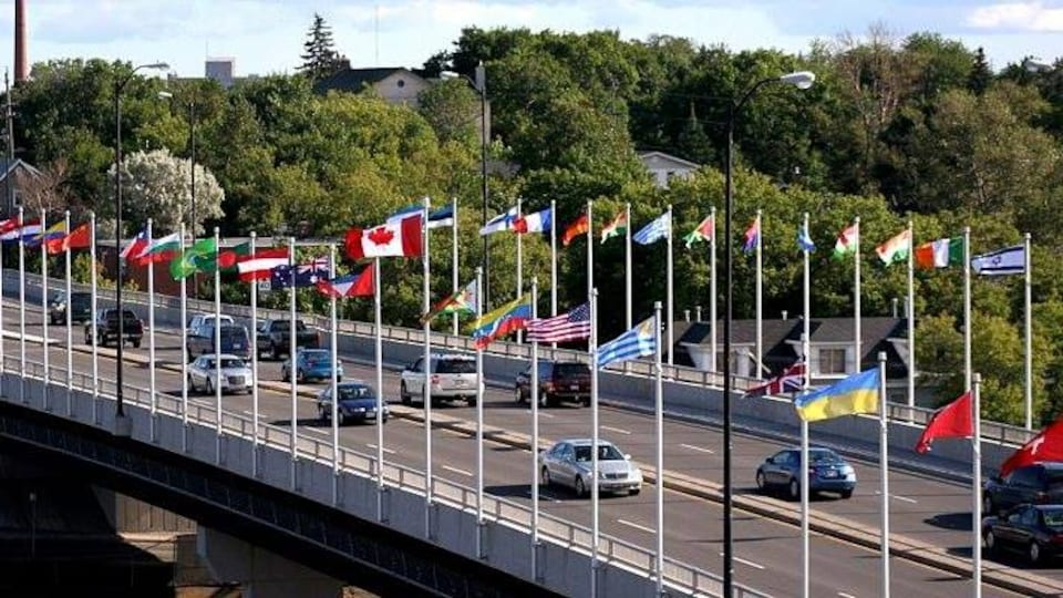 Le pont des nations de Sudbury est décoré de plusieurs drapeaux qui représentent sa communauté immigrante.