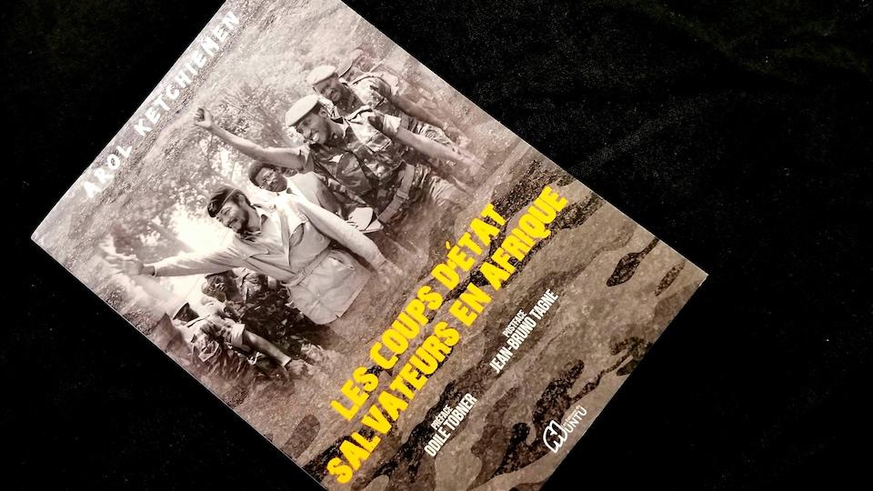"""Le livre """"Les coups d'état salvateurs en Afrique"""" d'Arol Ketchiemen est édité par les Éditions du Muntu avec une photo de Thomas Sankara en couverture"""