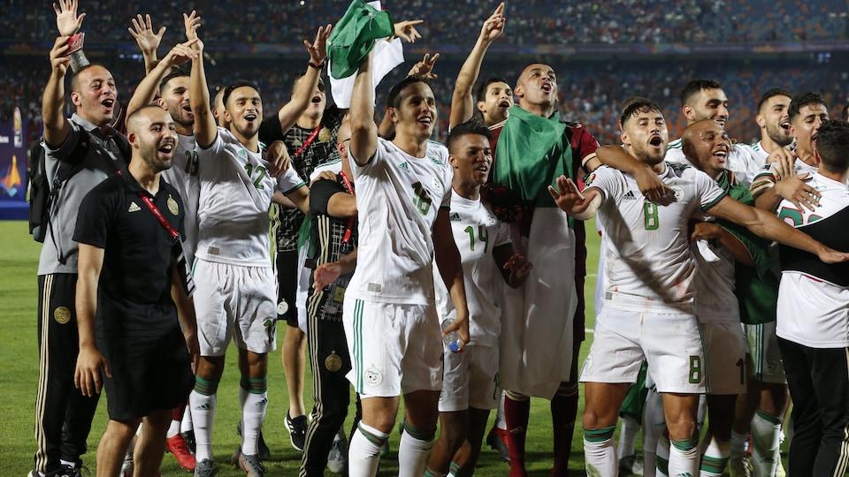 Les joueurs algériens célèbrent la victoire sur le terrain du match.