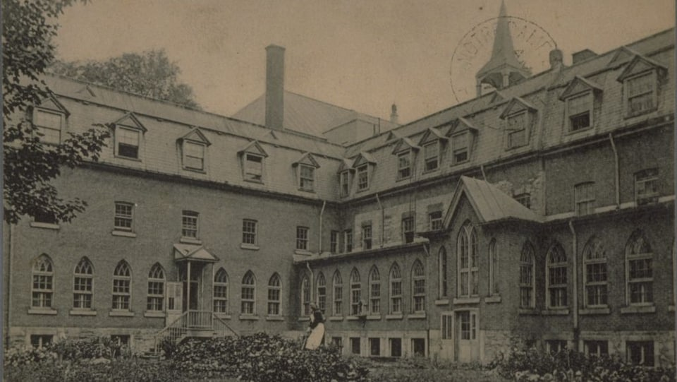 Une carte postale en noir et blanc qui représente l'extérieur du couvent des franciscains à Montréal