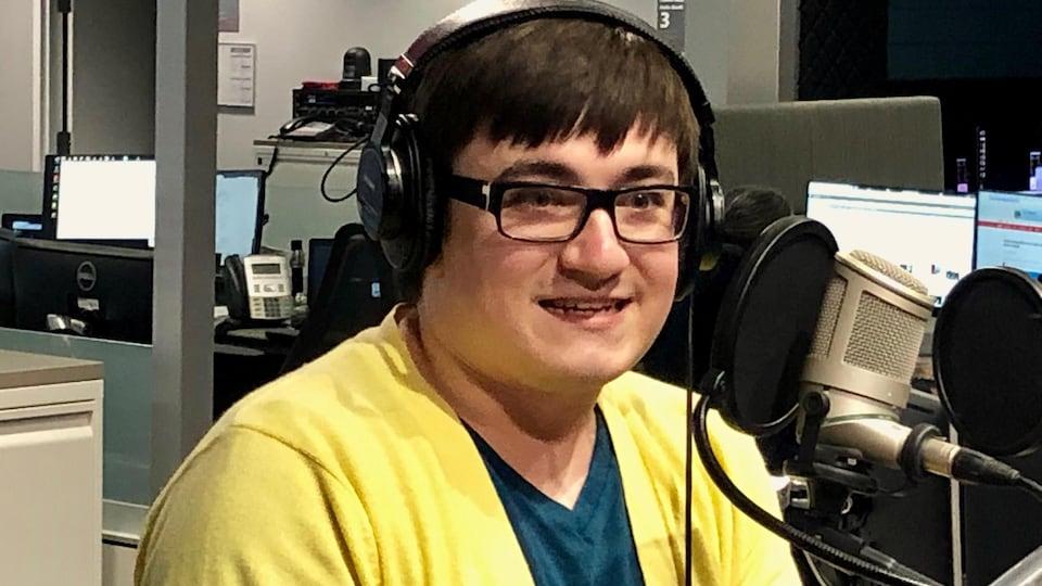 Alex Tétreault en studio à Radio-Canada Sudbury