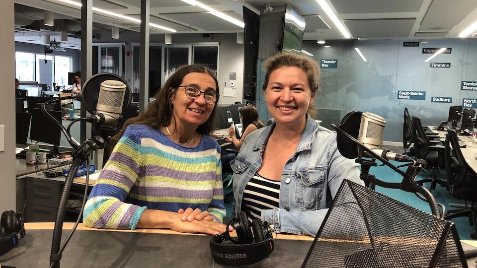 Michèle Brûlé et Kara Nadeau en studio à Radio-Canada Sudbury.