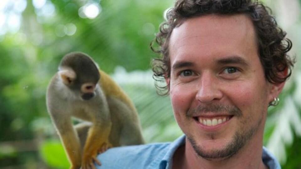 Adam Brown avec un petit singe à l'épaule