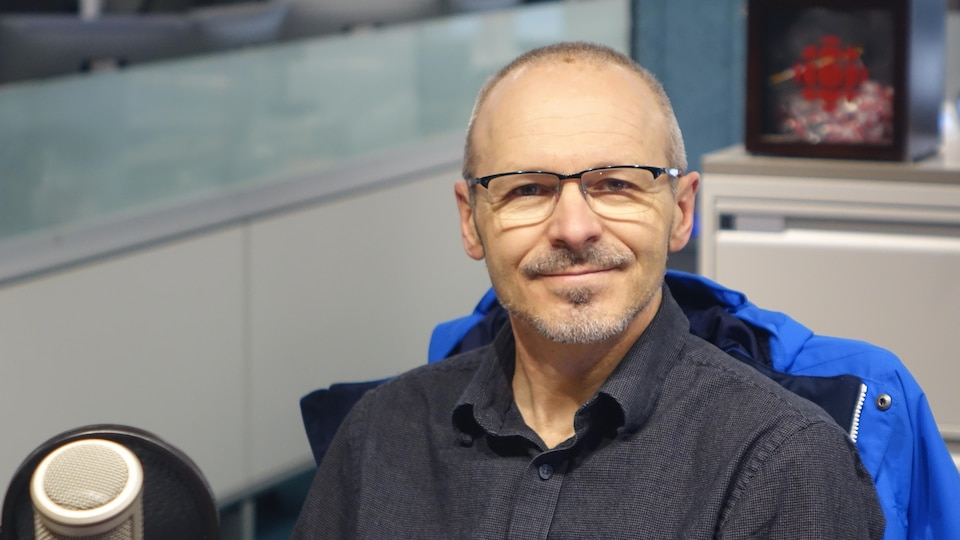 François Caron dans les studios de Radio-Canada à Sudbury.