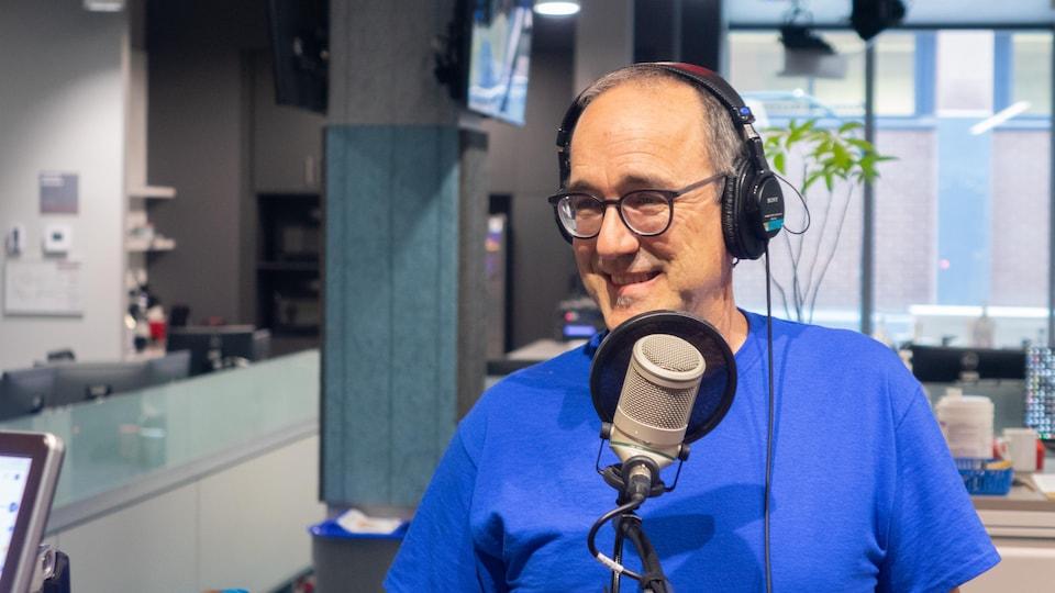 Pierre Harrison en studio à Radio-Canada Sudbury