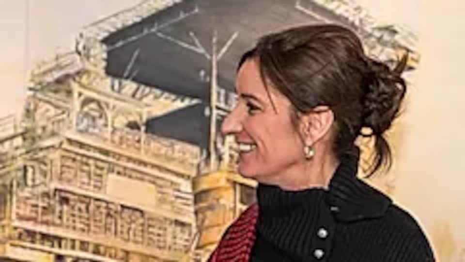 L'artiste Annie Bérubé devant une de ses toiles.