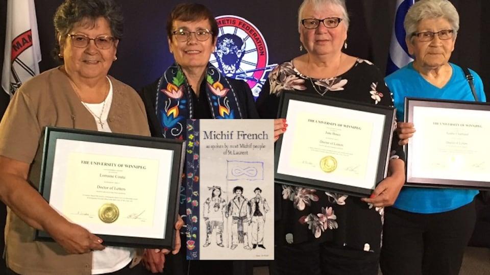 Les 'dictionary ladies' de Saint-Laurent, Manitoba reçoivent leur doctorat honorifique.