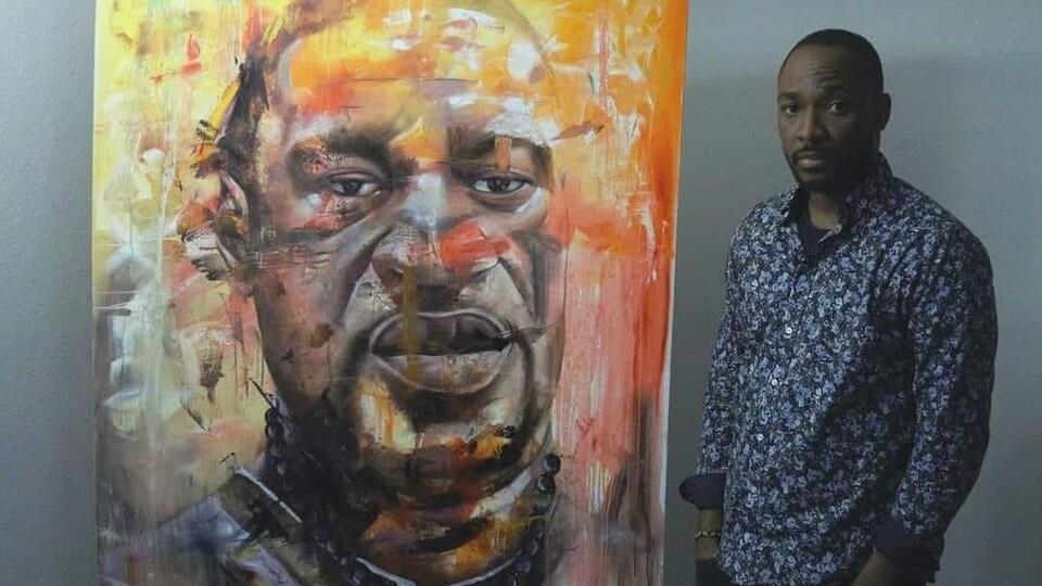 Le peintre Xavier Mutshipayi et sa toile réalisée en hommage à George Floyd.