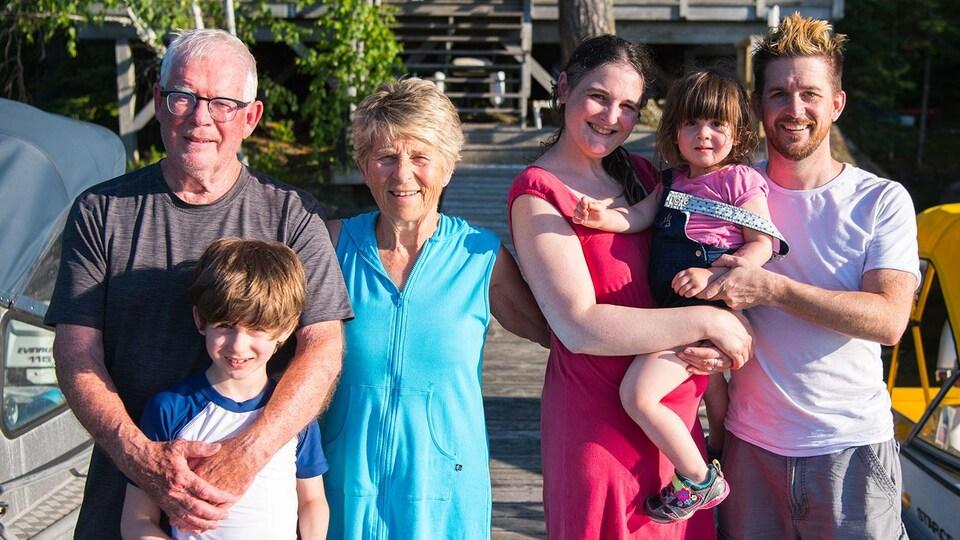 Dan Harper, ses parents, sa femme et leurs deux enfants.