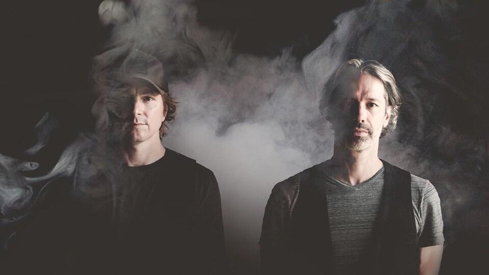 Le duo dans la fumée avec un éclairage mini malice.