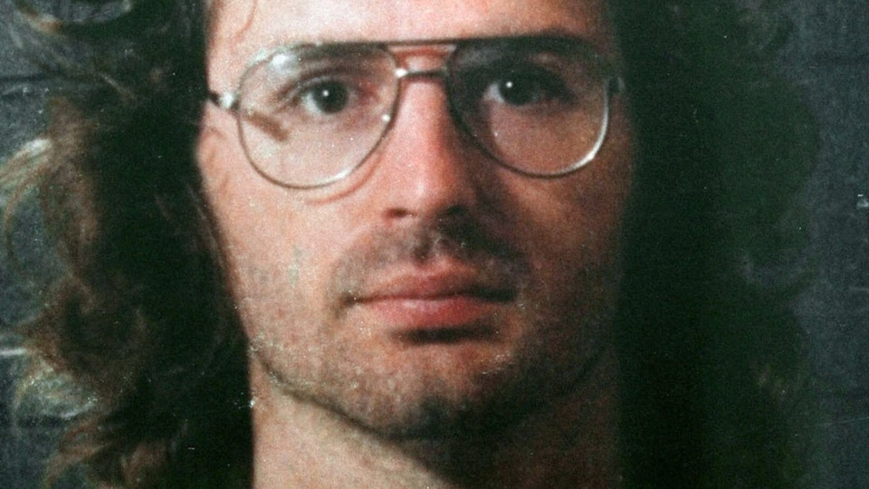 David Koresh, chef des davidiens de Waco, photographié par la police. La date de la photo est inconnue mais elle a été rendue publique par la police en 1998.