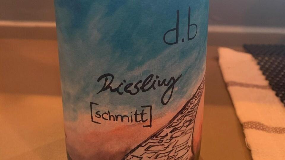Une bouteille de vin blanc du producteur d.b. Schmitt.