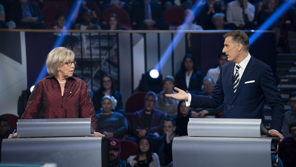 La chef du Parti vert, Elizabeth May, et le chef du Parti populaire, Maxime Bernier, en plein débat électoral.