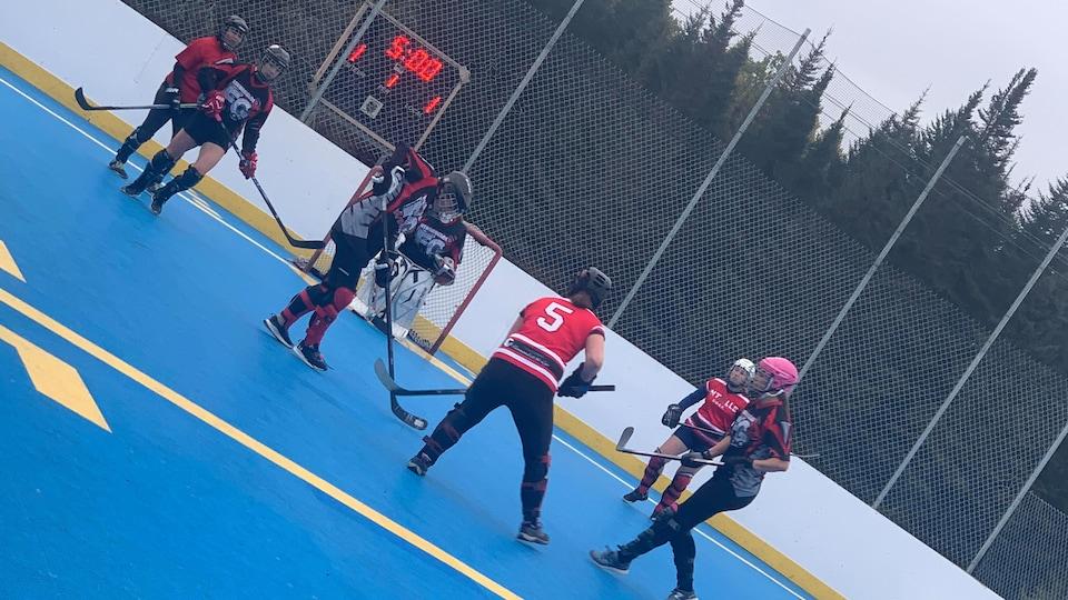 Match de la ligue de Dekhockey de Sept-Îles (des joueurs sont sur la surface de jeu en souliers avec leur hockey).