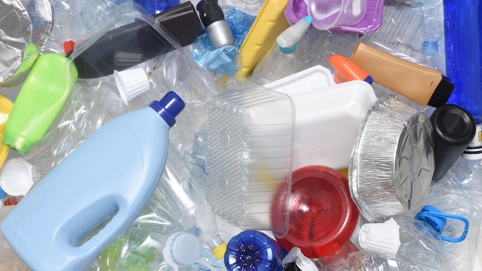 Des contenants de différents plastique pèle-mêle.