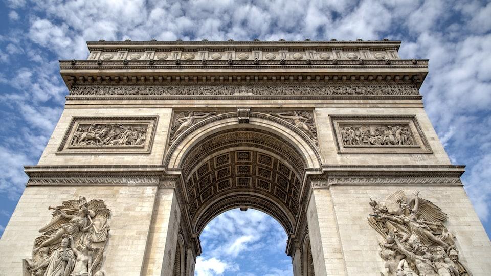 L'Arc de Triomphe et un ciel nuageux
