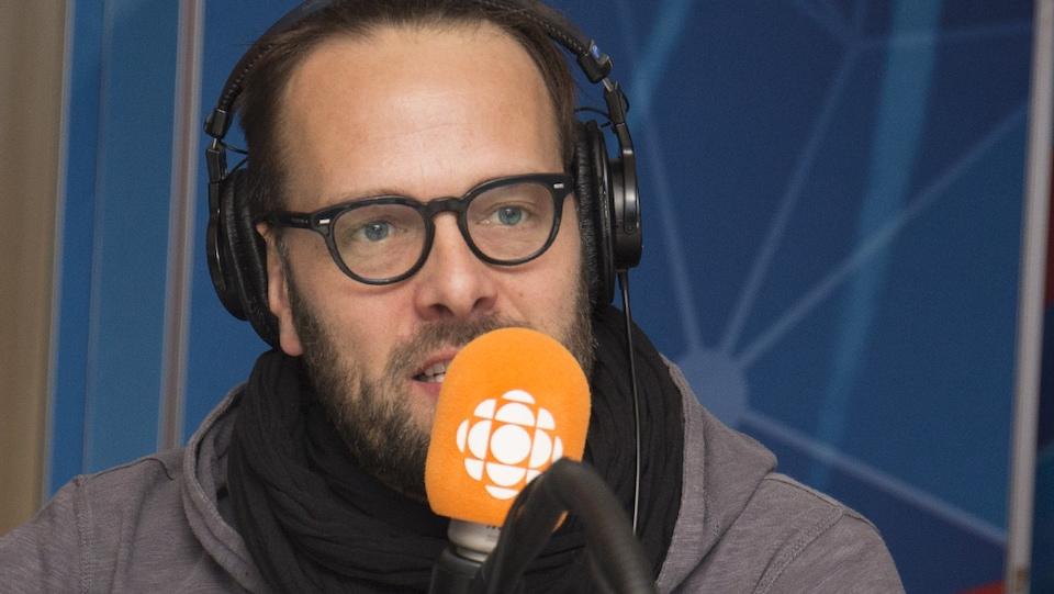 Le réalisateur Hugo Latulippe répond aux questions de Franco Nuovo au studio 17 de Radio-Canada, à Montréal, le 4 mars 2018.