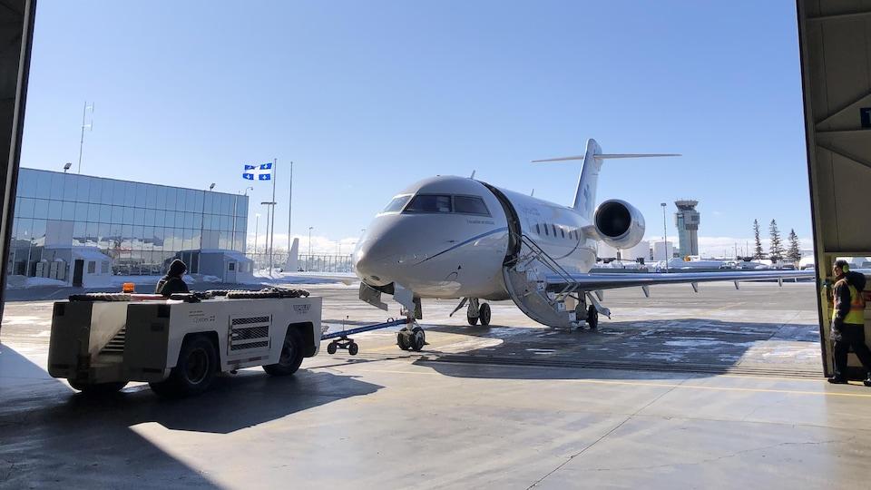 Un avion-hôpital à l'aéroport de Québec.