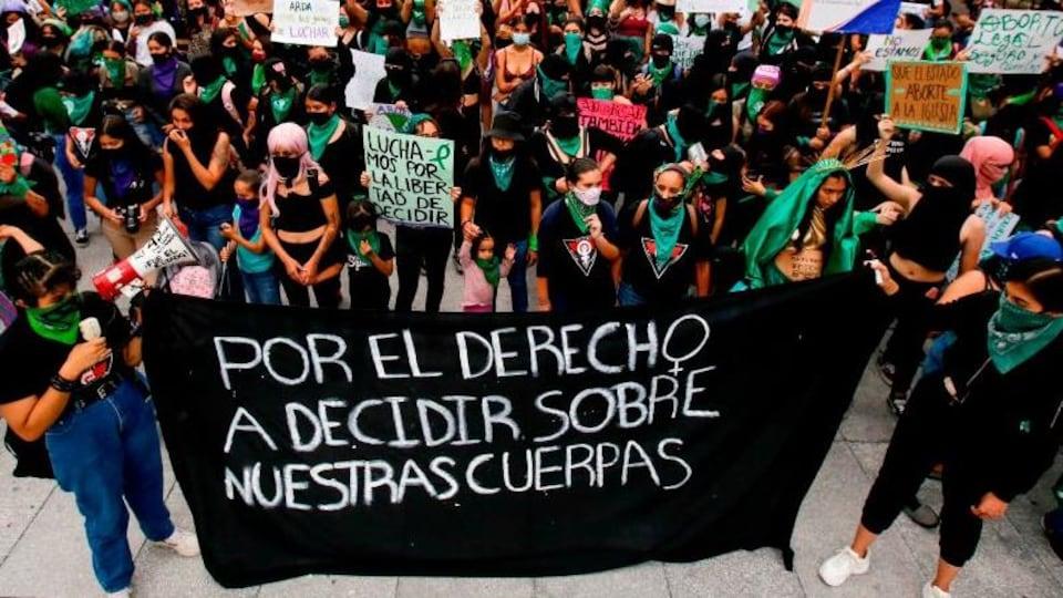 Des partisans à la légalisation de l'avortement lors d'une manifestation à Guadalajara, au Mexique, le 28 septembre 2020.