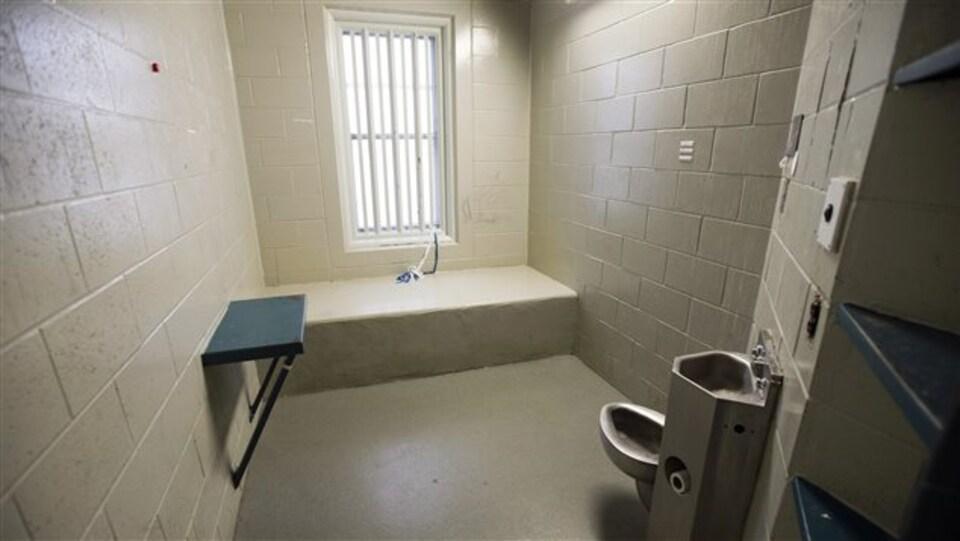 Une cellule d'isolement avec une toilette et un lavabo