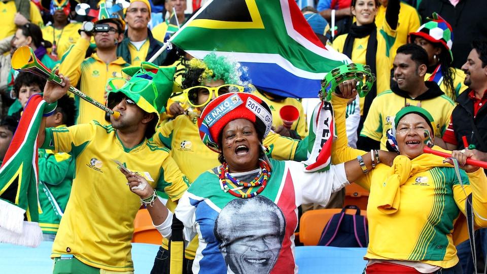 Des personnes vêtus aux couleurs de l'équipe d'Afrique du Sud dans des gradins lors de la cérémonie d'ouverture de la Coupe du monde de soccer 2010