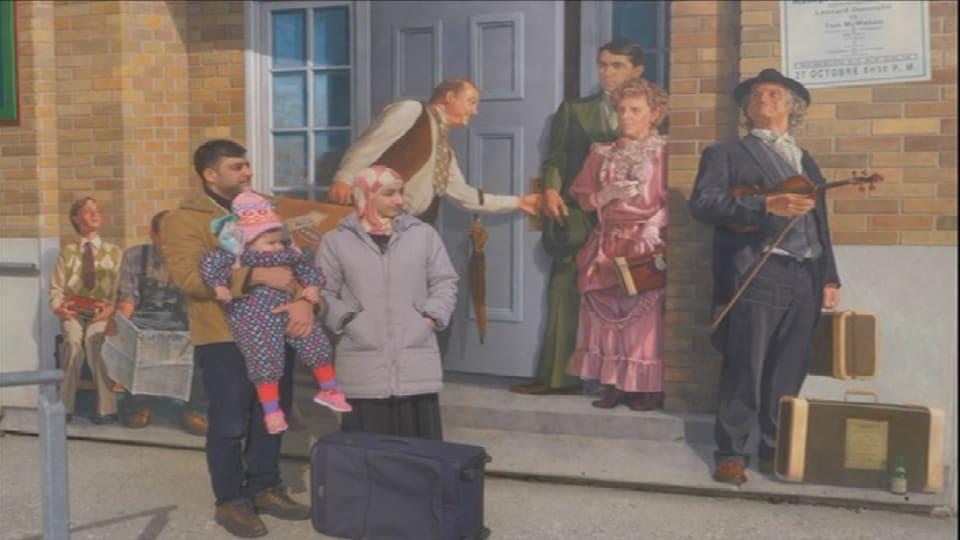 Une famille (père, mère, enfant) devant une murale