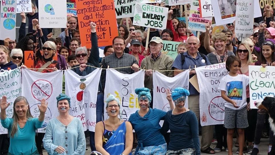 Des manifestants réunis sur les marches du vieil hôtel de ville  de Guelph pour la journée Rise for Climate, un événement planétaire. Au centre de la photo, avec une chemise à carreaux verte, Mike Schreiner, le premier député vert à siéger au Parlement ontarien.