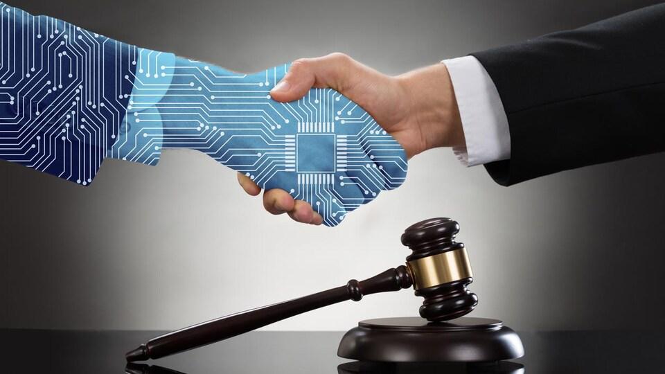 Un poignée de main, l'une artificielle et l'autre humaine au-dessus d'un maillet représentant la justice