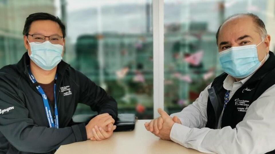 Deux hommes assis et portant le masque