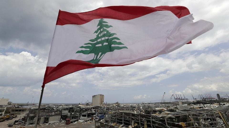 Le drapeau libanais flotte sur le site de l'explosion au port de Beyrouth.