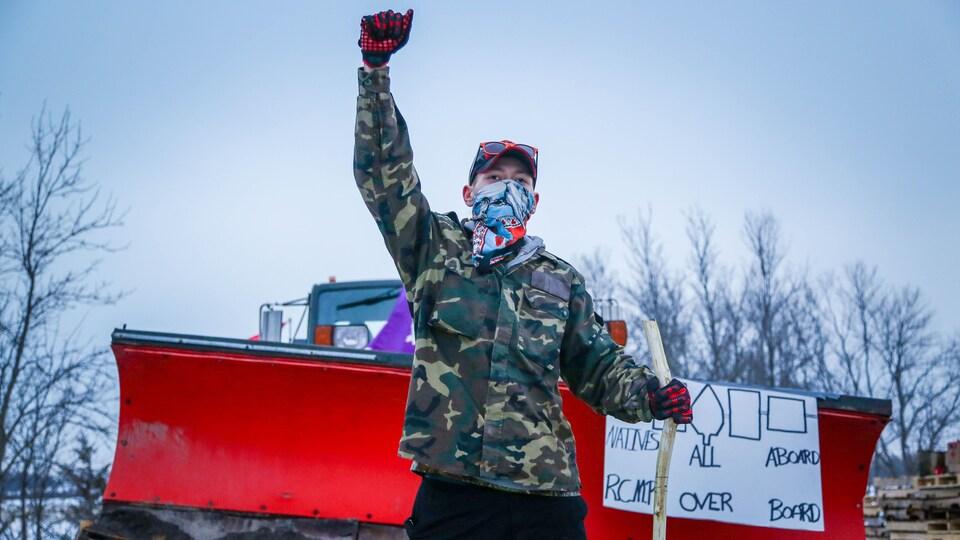 Un manifestant le poing en l'air.