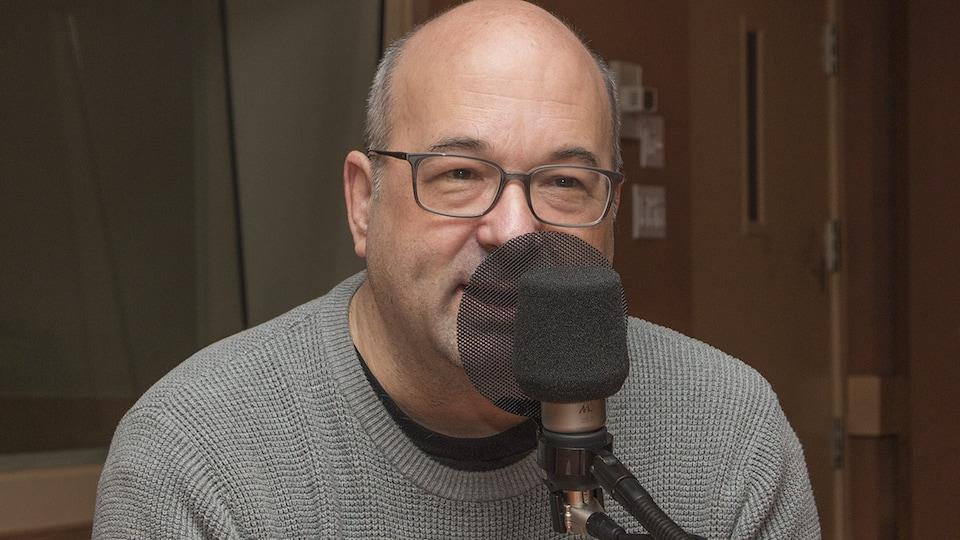 Michel C. Auger au micro.