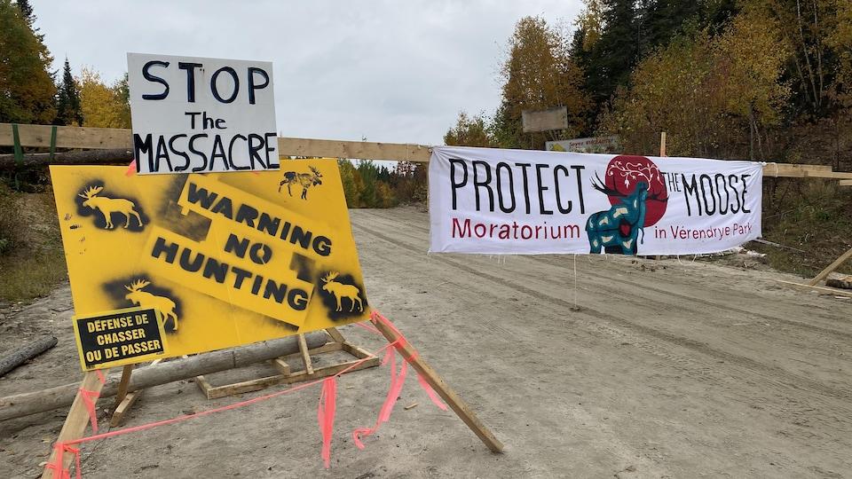 Des pancartes bloquent l'accès à l'une des entrées du territoire de chasse de la réserve faunique La Vérendrye et demandant un moratoire sur la chasse aux orignaux.