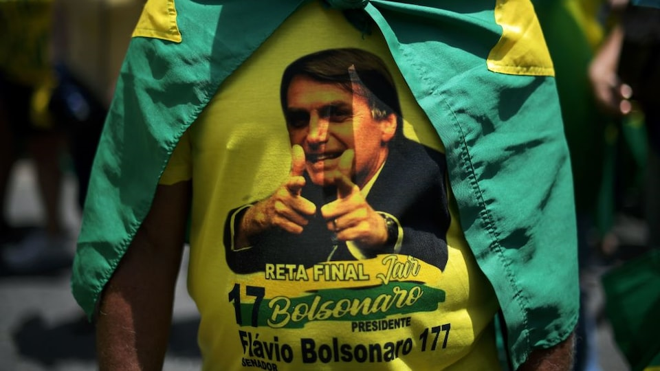 Le chandail d'un partisan du candidat d'extrême droit, Jair Bolsonaro, à la présidence du Brésil