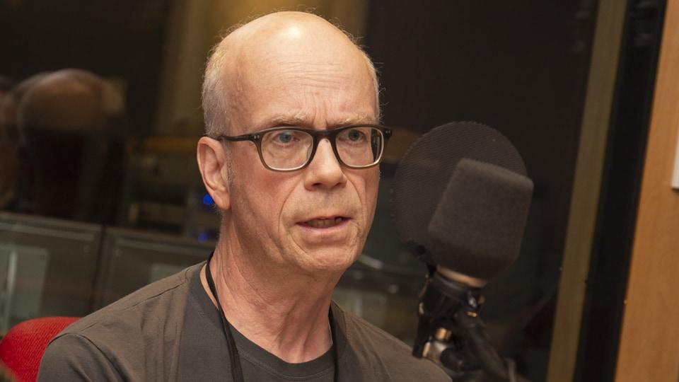 Paul Gagné répond aux questions de Michel Désautels au studio 91 de Radio-Canada, à Montréal, le 24 juin 2018.
