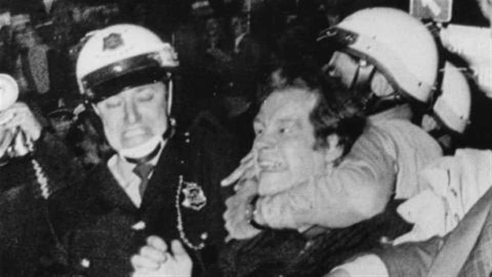 Pierre Bourgault, chef du Rassemblement pour l'indépendance nationale, est arrêté lors des émeutes de la Saint-Jean-Baptiste, en 1968