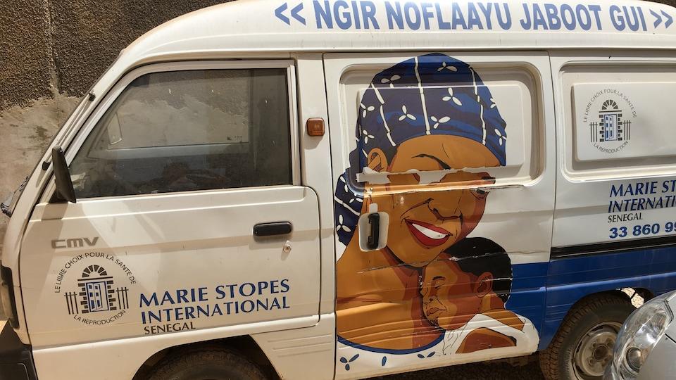 Le véhicule de l'ONG Marie Stopes International à Dakar.