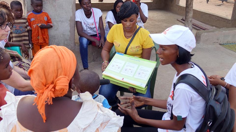 Des jeunes filles discutent de l'excision avec une mère de famille.