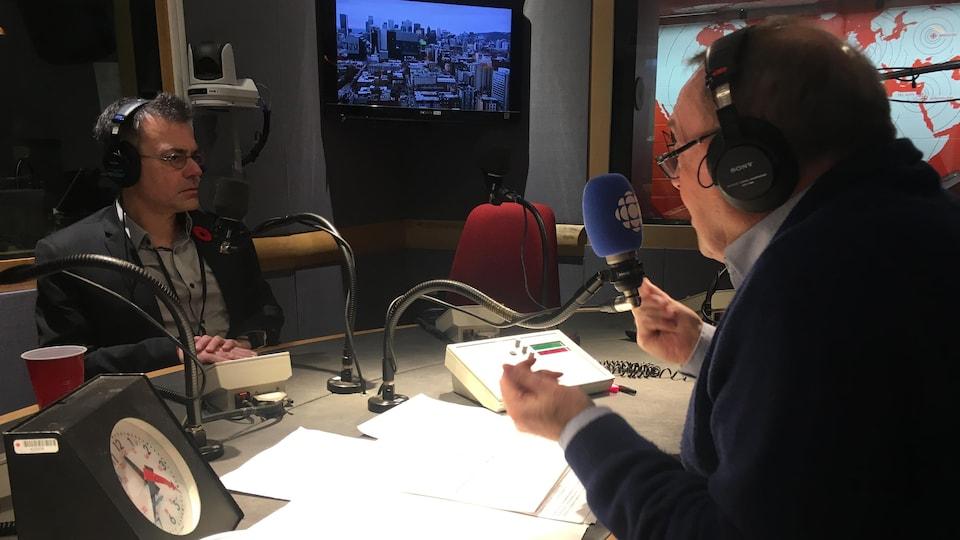 Stéphane Roussel en entrevue au micro de Michel Désautels.