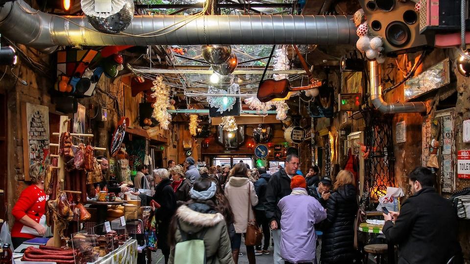 Des personnes déambulant dans un bar de Budapest