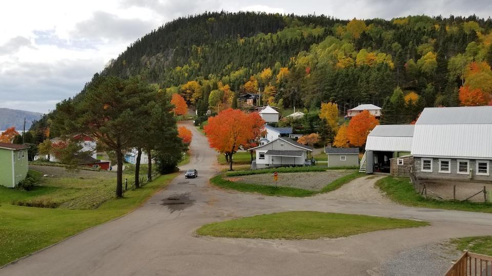 Vu d'un village au début de l'automne.