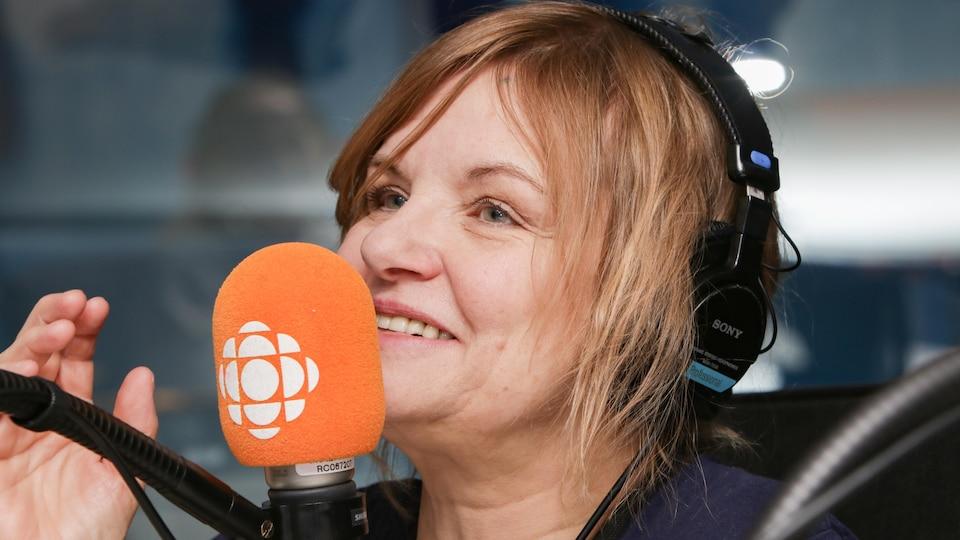 La chanteuse Diane Tell s'exprime au micro d'ICI Première.