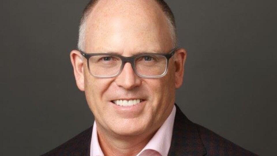 Le Dr Sean Keenan,  Directeur médical provincial des services de dons à BC Transplant sourit.