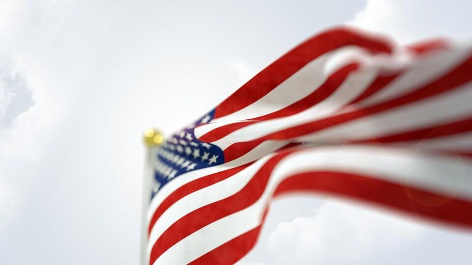 Gros plan sur le drapeau qui flotte au vent.