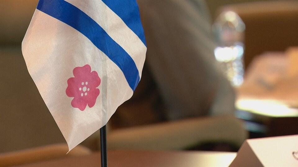 Un petit drapeau franco-albertain sur un bureau