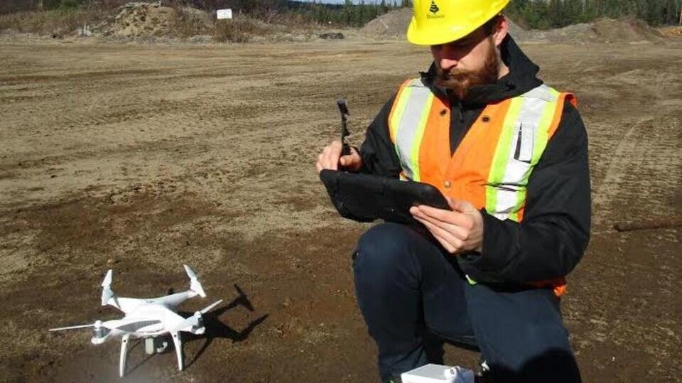 Un travailleur forestier utilisant un drone.