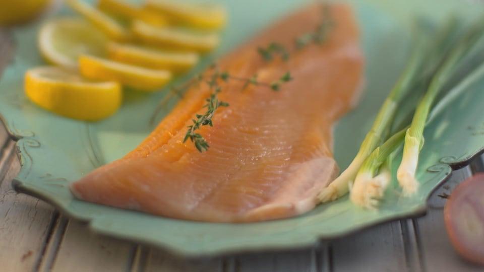 Un filet d'omble chevalier dans une assiette